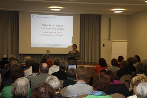 Einer der öffentlichen Vortragsabende im Rahmen der Palliative Care-Ausbildung, im März 2010 mit Pfrn. Rita Famos aus Zürich (Foto: zVg)
